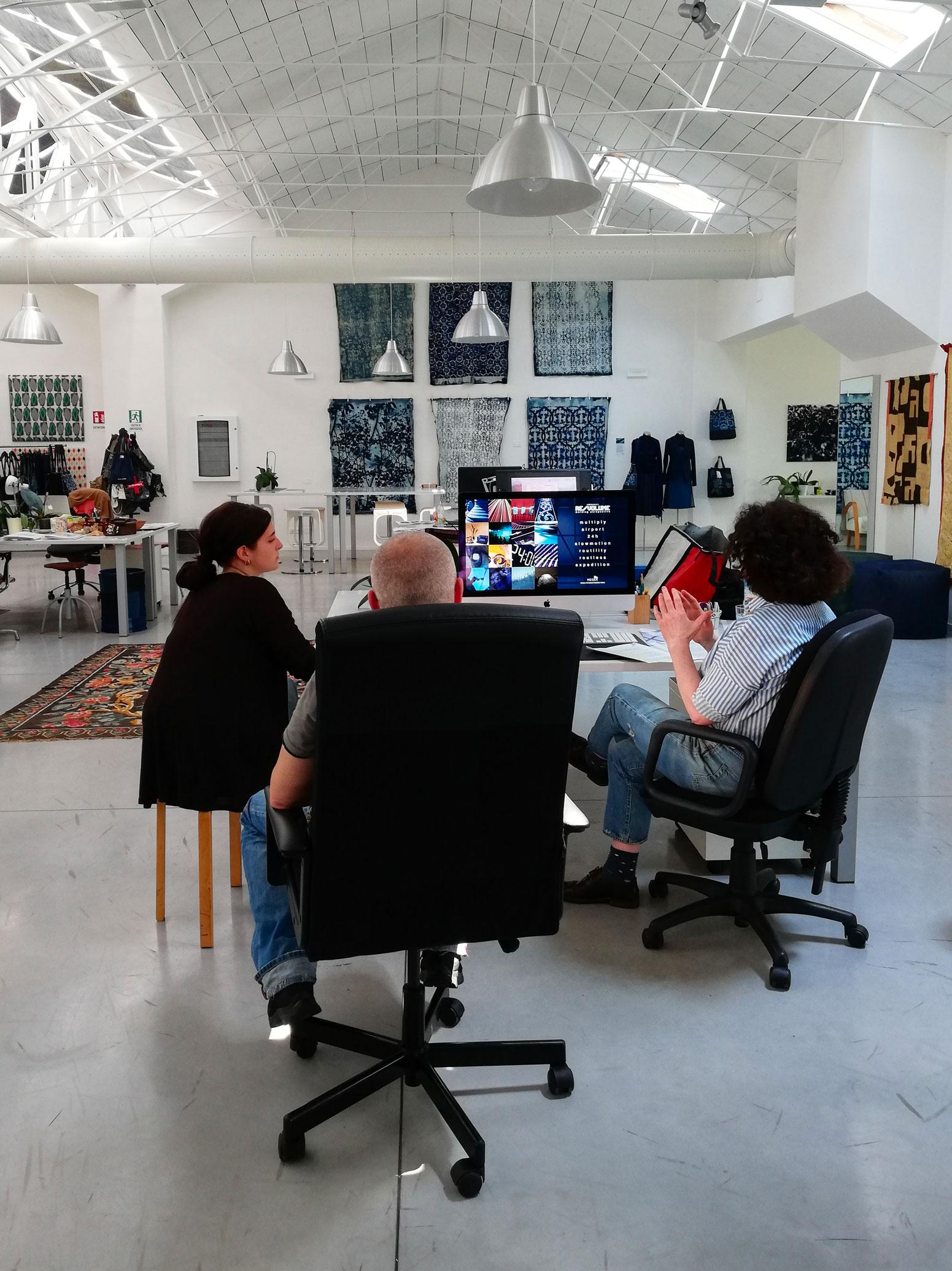 Nel nostro Atelier, durante il momento di revisione della presentazione di RE/VOLUME insieme alla squadra.