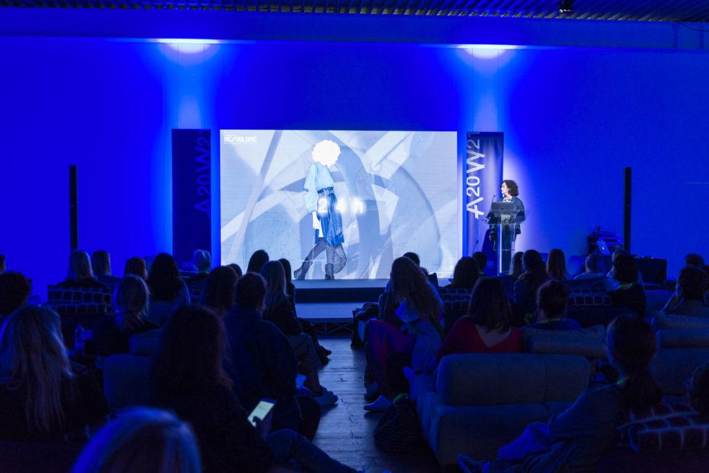 Lucia Rosin durante la presentazione delle tendenze
