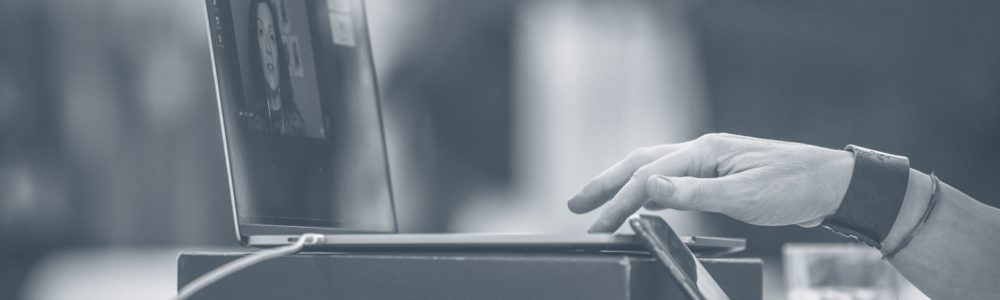 Lucia al computer-Online webinar e conferenze